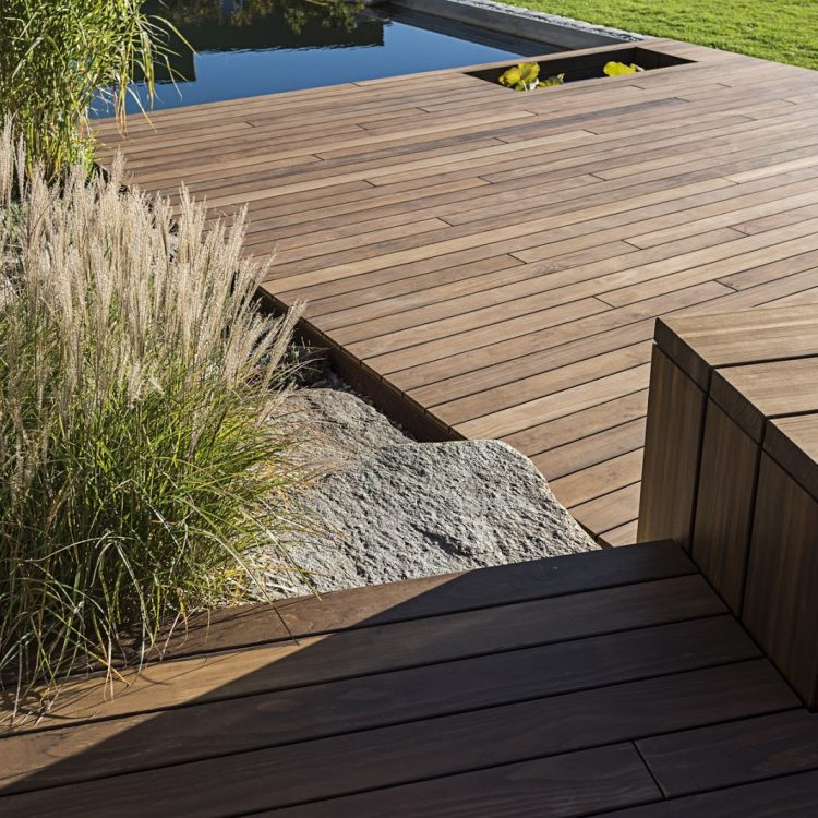 Terrasse bois en bord de piscine
